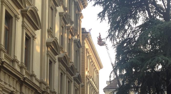 Der Mann auf dem Dach des Palais Widmann (Fotos: Adam Righi)