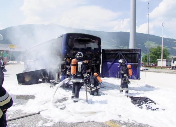 Der brennende Bus (Fotos: FF Sterzing)