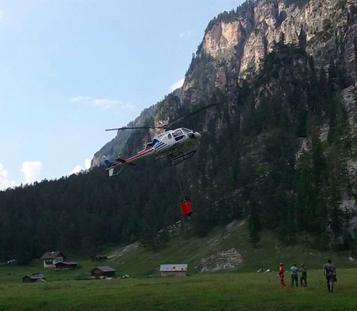 Der Einsatz des Hubschraubers (Foto: FF Enneberg)