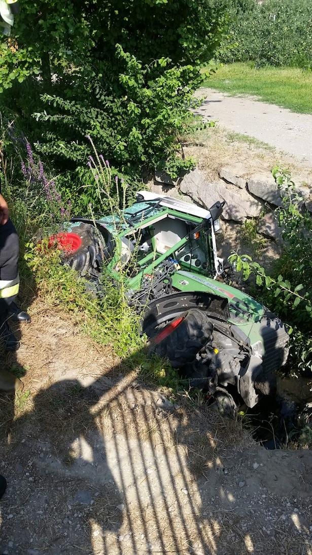 Der Traktor im Wassergraben (Fotos: FF Leifers)