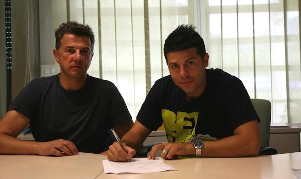 Giacomo Tulli mit Luca Piazzi bei der Vertragsunterzeichnung