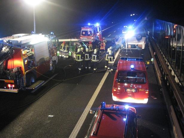 Der Unfall auf der Autobahn (Fotos: FF Neumarkt)