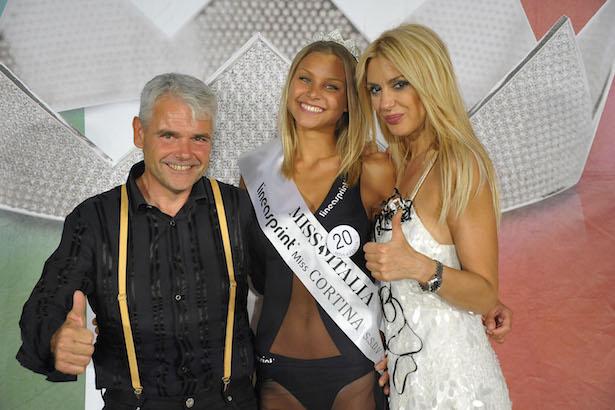 Manfred Mayr mit der ersten Miss Kurtinig Maria Gummer und der Miss Italia-Organisatorin Sonia Leonardi.