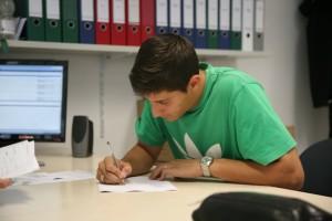 Pablo Lima bei der Unterschrift des Vertrages