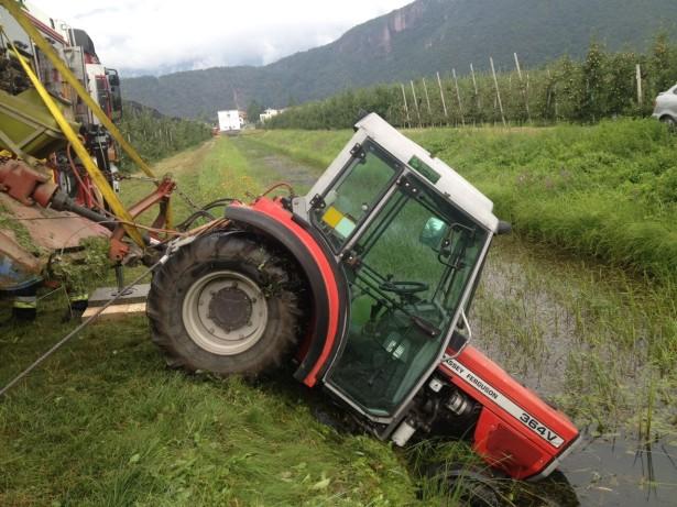 Der Traktor im Graben (Fotos: FF Auer)