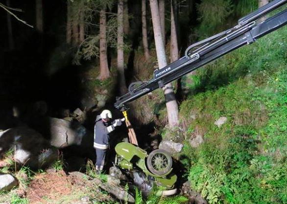 Die Bergung des Unfall-Fahreuges (Fotos: FF Bruneck)