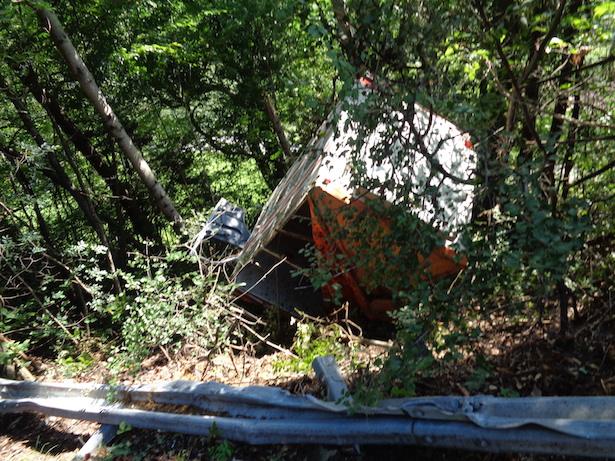 Ein Tiertransporter ist über die Leitplanke in den Wald gestürzt. (Fotos: FF Villanders)