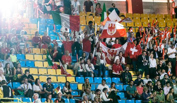 Landesrat Philipp Achammer mit Südtirol-Fahne und Pfeife