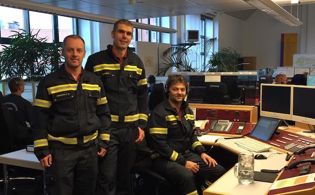 Die drei Bozner Berufsfeuerwehrleute in der Münchner Leitstelle (Foto: BF Bozen)