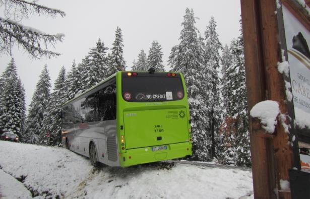 Bus in Not (Fotos: Berufsfeuerwehr Bozen)
