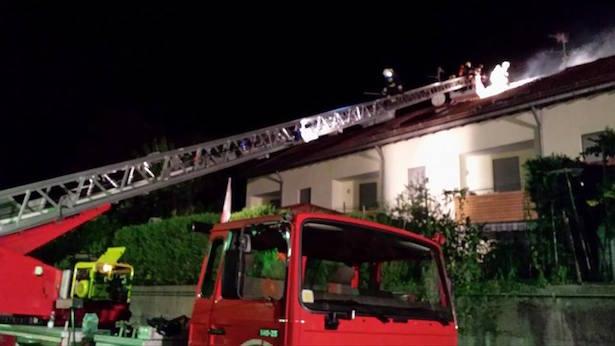 Dachstuhlbrand in Laag (Fotos: FF Neumarkt)