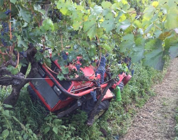 Ein Traktor ist bei Mäharbeiten in eine Böschung abgerutscht. (Fotos: FF Bozen)