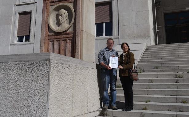 Roland Lang und Eva Klotz vor dem Gerichtspalast in Bozen (Foto: SHB)