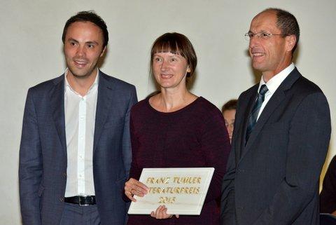 Landesrat Philipp Achammer, Preisträgerin Kristine Bilkau, Bürgermeister Andreas Tappeiner (Foto: © Franz Grassl)