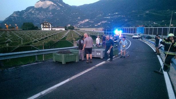 Straßenreinigung in Salurn: Ein landwirtschaftlicher Anhänger war in der Kurve umgekippt. (Fotos: FF Salurn)