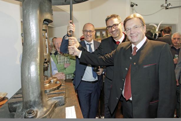 Anlässlich des Euregio-Fests öffnete das Museum Münze Hall seine Türen. Die drei Landeshauptleute nutzten die Gelegenheit und prägten gemeinsam mit zahlreichen Besuchenden eine Euregio-Münze. Foto: Land Tirol/Frischauf
