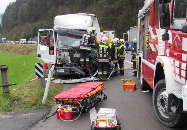 Der Unfall am Kniepass (Fotos: FF St. Lorenzen)