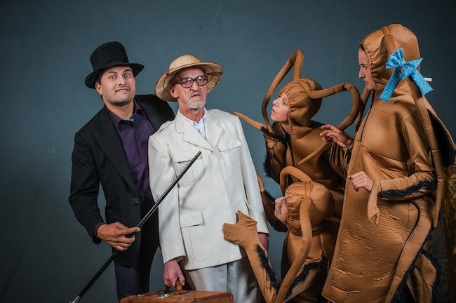 Theaterwerkstatt Innigen: Drei Kakerlaken warten ungeduldig auf den Tod von Herrn Mautz. Foto: Harald Wisthaler)