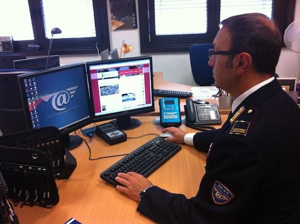 Ein Beamter der Postpolizei bei der Arbeit