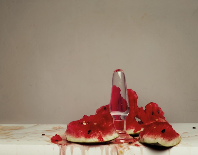 """""""do we need all this"""", (2006)von Brigitte Niedermair: Ein prächtiger Glasdildo, der eine Wassermelone zu Matsch penetriert."""