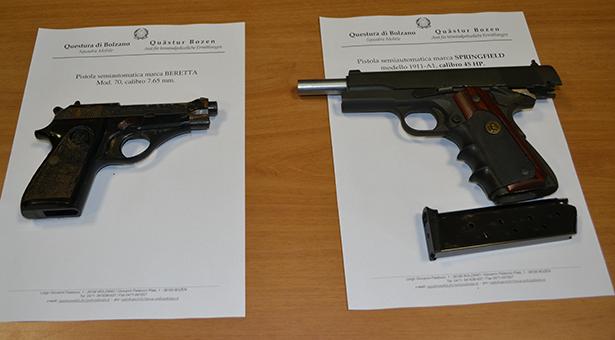 Die beiden sichergestellten Pistolen (Fotos: TAGESZEITUNG/Karl Oberleiter)