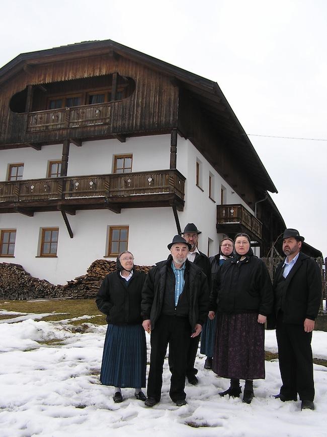 Hutterer vor dem Geburtshaus von Jakob Hutter in St. Lorenzen.