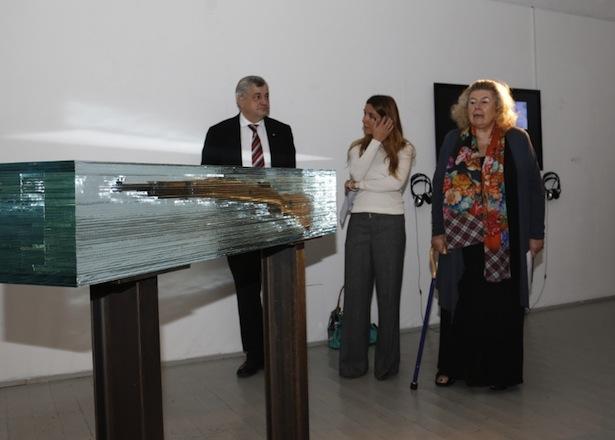 Haben die Ausstellung eröffnet (v.l.): Landesrat Florian Mussner, die Kuratorin Lisa Trockner und die Präsidentin des Südtiroler Künstlerbundes Helga von Aufschnaiter.