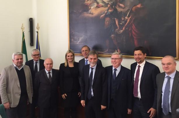 m Bild von links nach rechts: Mauro Ottobre, Michele Nicoletti, Franco Panizza, Renate Gebhard, EU - Koordinator Laurens-Jan Brinkhorst, Minister Graziano Delrio, EU - Koordinator Pat Cox, Präsident Daniel Alfreider und Enrico Borghi.