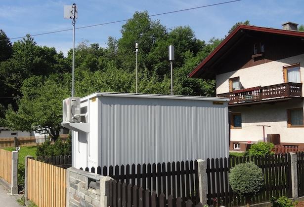 Messstation Vomp/An der Leiten – Das Gerät steht inmitten einem Wohnviertel, die Luftgütegrenzwerte werden kaum überschritten