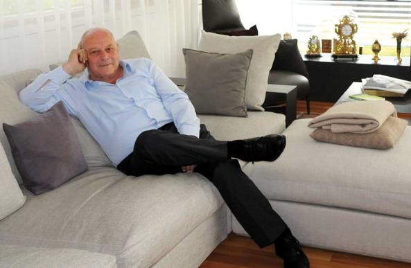Luis Durnwalder in seiner Wohnung (Foto: Trentino Mese)
