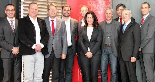 Hausherr Michl Ebner mit den Abgeordneten