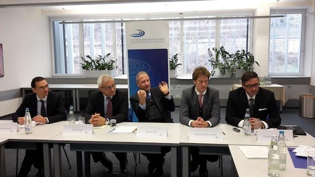 Mirco Marchiodi (Studienzentrum), Josef Negri (Direktor), Stefan Pan (Präsident) und Harald Oberrauch, Inhaber der Durst Phototechnik AG, und Durst-CEO Christoph Gamper