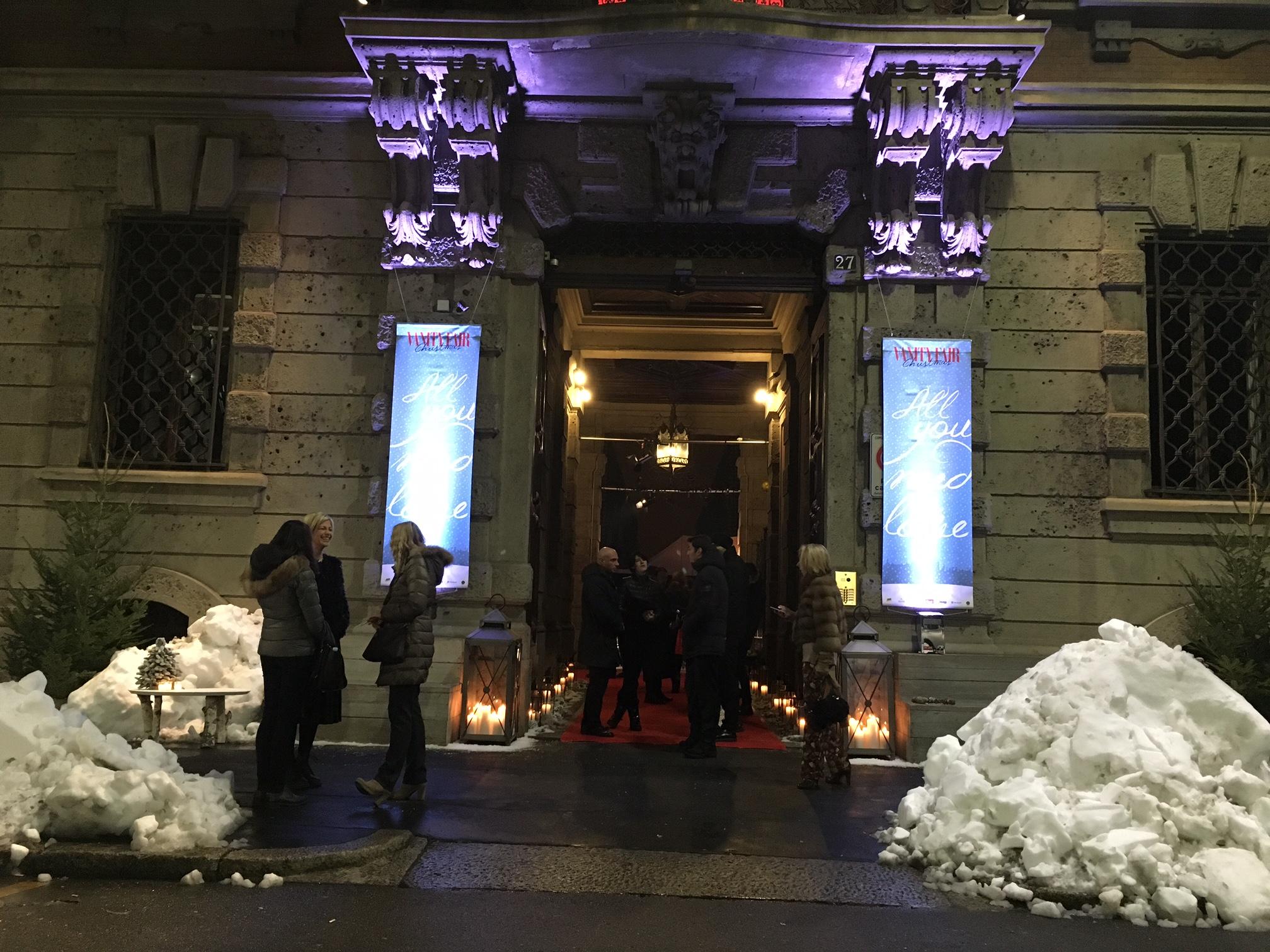 7 Ingresso di Casa CondÇ Nast a Milano con neve delle Dolomiti