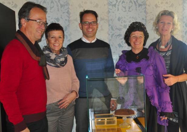 Franz und Walburga Mair (Schenker), Patrick Gasser (Direktor Touriseum), Ada Bianchini alias Sissi's Hofdame und Ruth Engl (Touriseum) mit dem Sissi-Kuchen