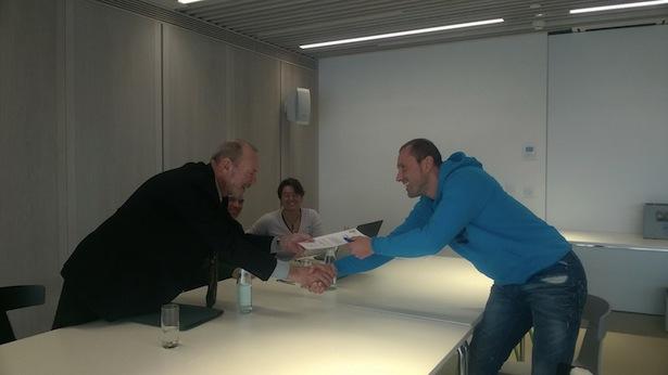 FASI-Präsident Amici gratuliert einem frischgebackenen Sportklettertrainer