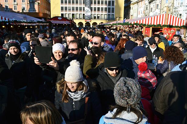 Besucher auf dem Christkindlmarkt in Bozen (Foto: Charly Oberleiter)