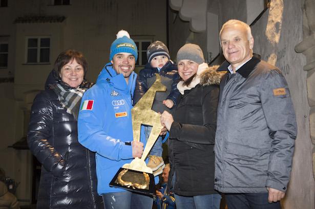 Peter Fill feiert den Kitz-Sieg mit seiner Familie. (Fotos: Rier Helmuth/Kastelruth)