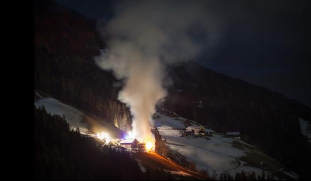 Der brennende Zwiglhof (Foto: Georg INNERKOFLER/Licht&Fokus Photography)