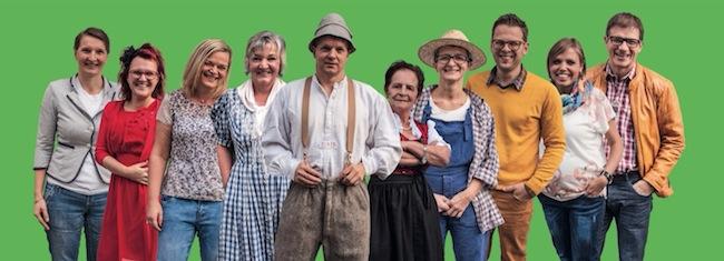 Schauspieler der Dorfbühne Mauls mit dem Regisseur Erich Meraner