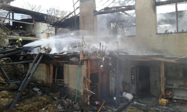 Der abgebrannte Stadel (Foto: FF Milland)