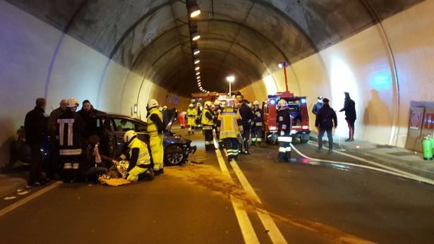 Der Unfall im Tunnel (Foto: Berufsfeuerwehr)