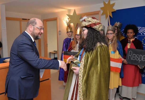 Stellvertretend für alle Sternsinger nahm Daniela aus Obermais/Meran die Spende des EU-Parlamentspräsidenten Martin Schulz entgegen.