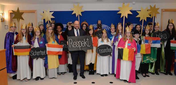"""Mit ihren Schildern """"Sicherheit"""", """"Respekt"""", """"Bildung"""" und """"Gesundheit"""" fordern die Sternsinger eine bessere Zukunft für Kinder überall auf der Welt."""