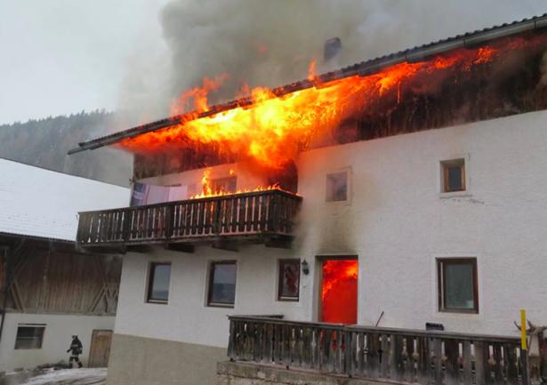 Der brennende Hof (Foto: FF Terenten)