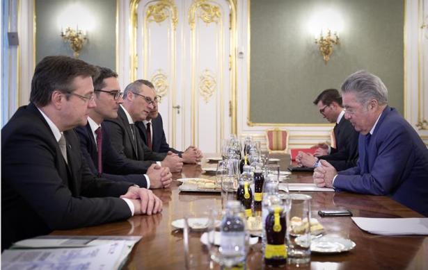 Die Landeshauptleute in der Wiener Hofburg mit Bundespräsident Fischer