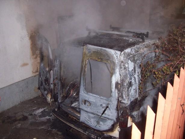 Der ausgebrannte Lieferwagen (Fotos: FF St. Jakob-Grutzen)