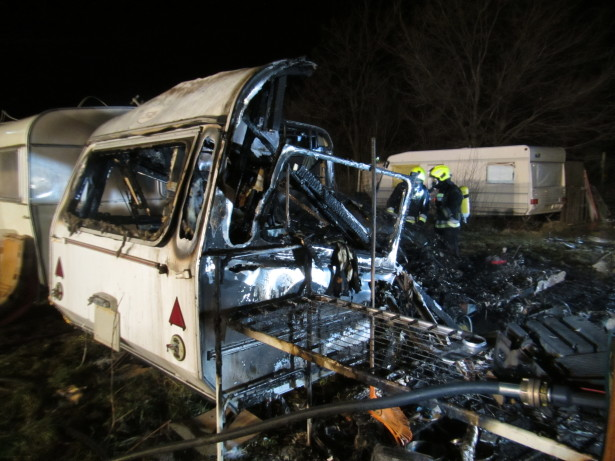 Der ausgebrannte  Wohnwagen (Foto: Berufsfeuerwehr)