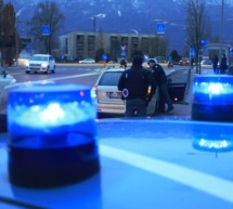 Mann geht auf Polizisten los