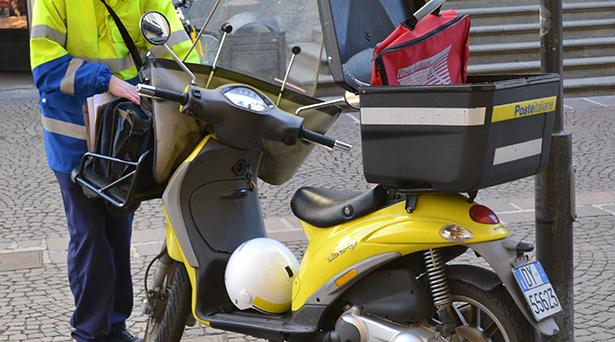 post postler post unterwegs briefe ausliefern