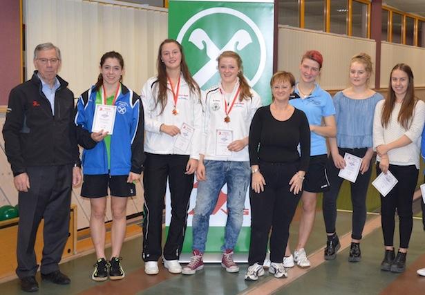 Die Siegerehrung der Kategorie A-Jugend mit VSS-Obmann Günther Andergassen, VSS-Referentin Yvonne Jesenek (5.v.l.) und der Siegerin Laura Runggatscher (ASV Villnöss/3.v.l.).